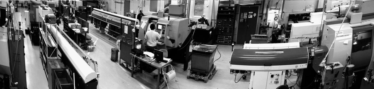 """Vidvinkelvy över svarvverkstaden. Här produceras majoriteten underdetaljer som ingår i temperaturgivarna. Därmed kan även """"ovanliga"""" dimensioner snabbt produceras."""